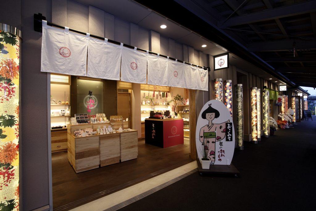 嵐山桃肌こすめ嵐山本店(嵐電嵐山駅内テナント内装)